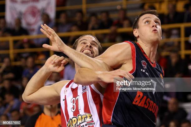 Georgios Bogris #31 of Olympiacos Piraeus competes with Johannes Voigtmann #7 of Baskonia Vitoria Gasteiz during the 2017/2018 Turkish Airlines...
