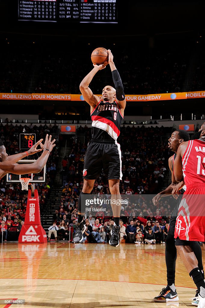Gerald Henderson #9 of the Portland Trail Blazers shoots the ball against the Houston Rockets on February 6, 2016 at the Toyota Center in Houston, Texas.