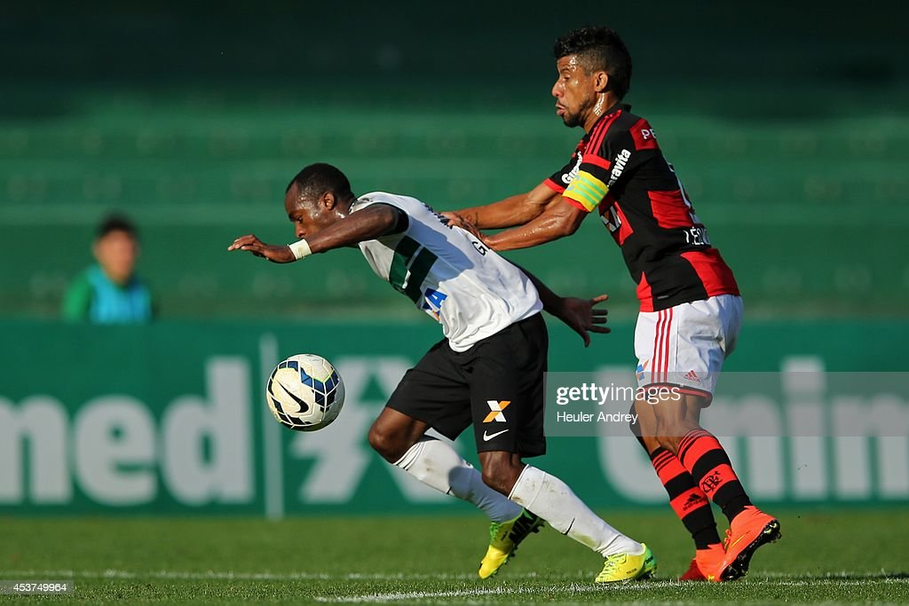 Geraldo of Coritiba competes for the ball with Leo Moura of Flamengo during the match between Coritiba and Flamengo for the Brazilian Series A 2014 at Couto Pereira stadium on August 17, 2014 in Curitiba, Brazil.