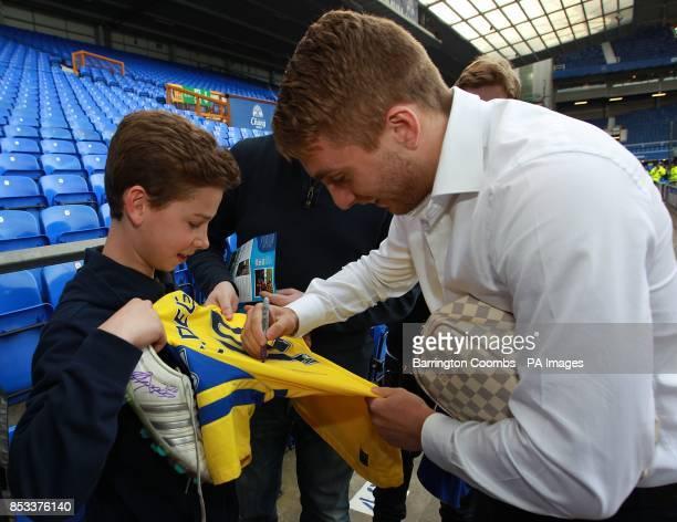 Gerard Deulofeu Everton signs a shirt for a fan
