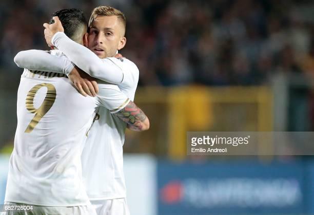 Gerard Deulofeu of AC Milan celebrates his goal with his teammate Gianluca Lapadula during the Serie A match between Atalanta BC and AC Milan at...