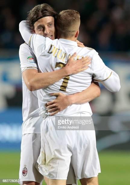 Gerard Deulofeu of AC Milan celebrates his goal with his teammate Riccardo Montolivo during the Serie A match between Atalanta BC and AC Milan at...