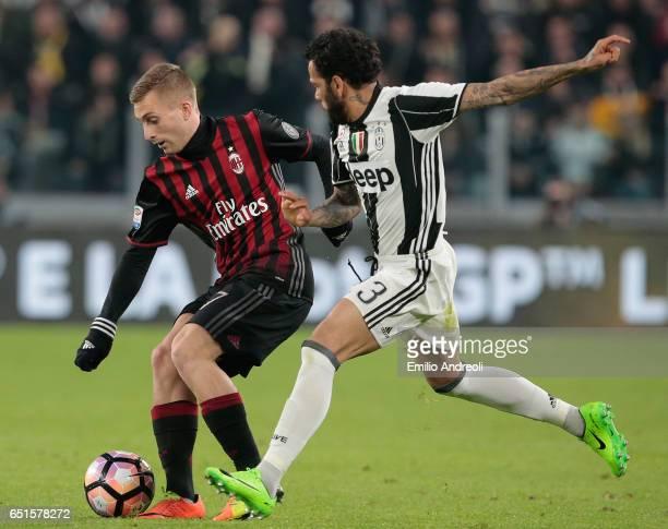 Gerard Deulofeu of AC Milan competes for the ball with Daniel Alves da Silva of Juventus FC during the Serie A match between Juventus FC and AC Milan...