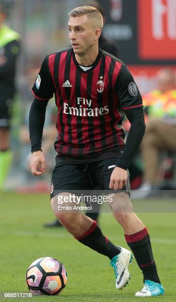 Gerard Deulofeu of AC Milan in action during the Serie A match between AC Milan and US Citta di Palermo at Stadio Giuseppe Meazza on April 9 2017 in...
