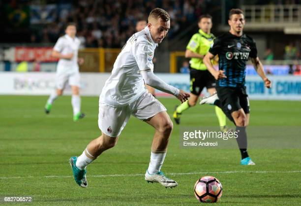 Gerard Deulofeu of AC Milan in action during the Serie A match between Atalanta BC and AC Milan at Stadio Atleti Azzurri d'Italia on May 13 2017 in...