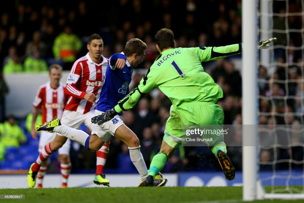 <a gi-track='captionPersonalityLinkClicked' href=/galleries/search?phrase=Gerard+Deulofeu&family=editorial&specificpeople=7026595 ng-click='$event.stopPropagation()'>Gerard Deulofeu</a> of Everton scores the opening past goalkeeper <a gi-track='captionPersonalityLinkClicked' href=/galleries/search?phrase=Asmir+Begovic&family=editorial&specificpeople=4184467 ng-click='$event.stopPropagation()'>Asmir Begovic</a> of Stoke during the Barclays Premier league match between Everton and Stoke City at Goodison Park on November 30, 2013 in Liverpool, England.