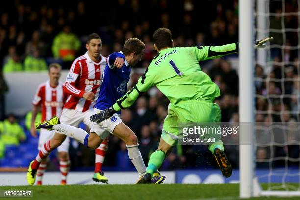 Gerard Deulofeu of Everton scores the opening past goalkeeper Asmir Begovic of Stoke during the Barclays Premier league match between Everton and...