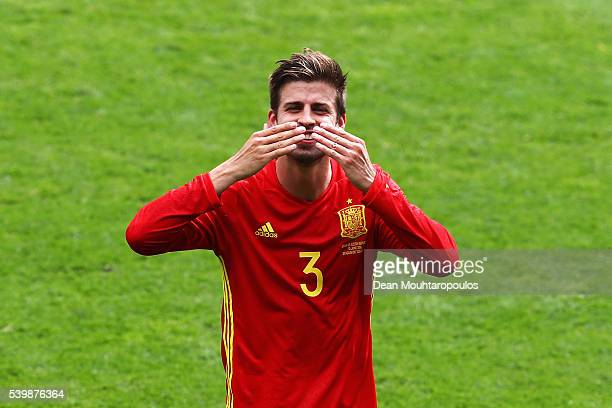 Gerard Pique of Spain celebrates his team's win after the UEFA EURO 2016 Group D match between Spain and Czech Republic at Stadium Municipal on June...