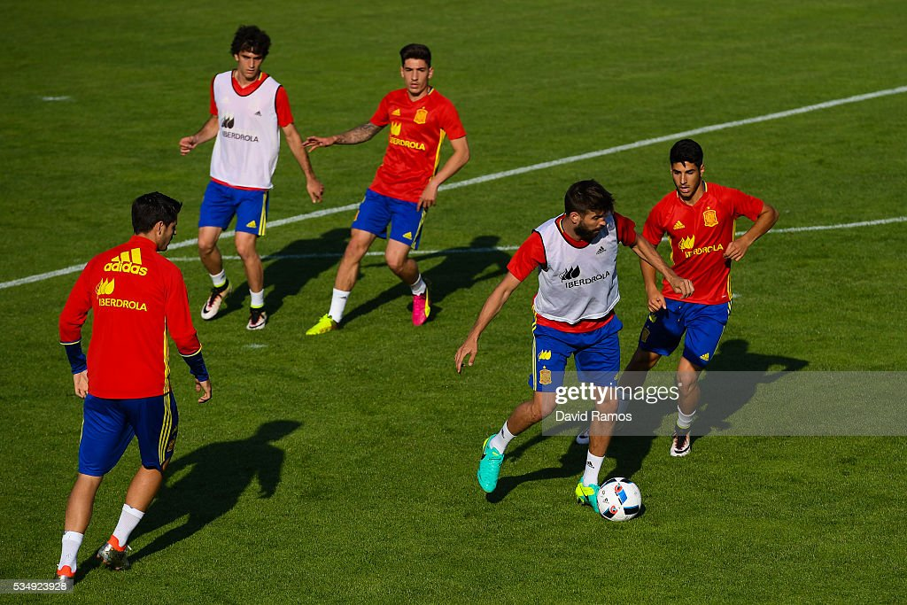 <a gi-track='captionPersonalityLinkClicked' href=/galleries/search?phrase=Gerard+Pique&family=editorial&specificpeople=227191 ng-click='$event.stopPropagation()'>Gerard Pique</a> of Spain controls the ball during training session on May 28, 2016 in Schruns, Austria.