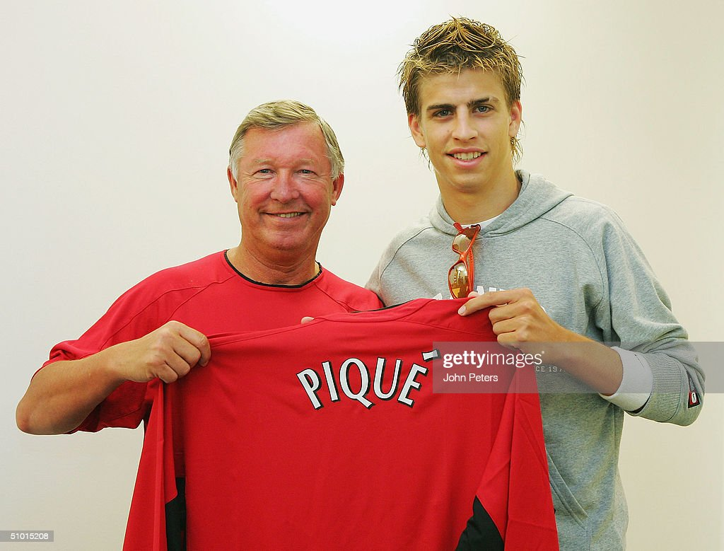 ¿Cuánto mide Gerard Piqué? - Real height Gerard-pique-poses-with-sir-alex-ferguson-of-manchester-united-while-picture-id51015208