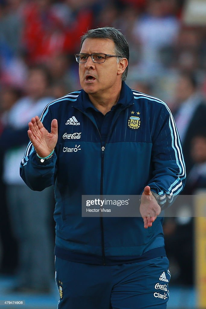 <a gi-track='captionPersonalityLinkClicked' href=/galleries/search?phrase=Gerardo+Martino&family=editorial&specificpeople=4362047 ng-click='$event.stopPropagation()'>Gerardo Martino</a>, coach of Argentina, gives instructions to his players during the 2015 Copa America Chile Final match between Chile and Argentina at Nacional Stadium on July 04, 2015 in Santiago, Chile.
