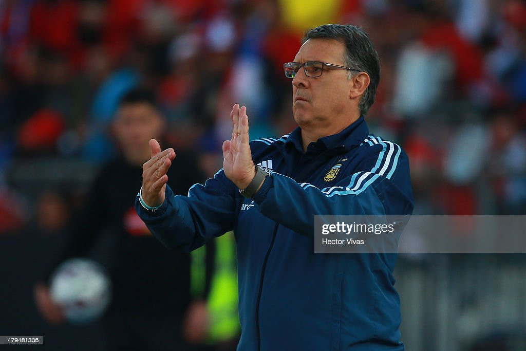 Gerardo Martino, coach of Argentina, gives instructions to his players during the 2015 Copa America Chile Final match between Chile and Argentina at Nacional Stadium on July 04, 2015 in Santiago, Chile.