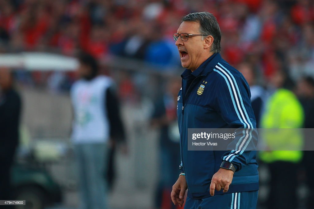 <a gi-track='captionPersonalityLinkClicked' href=/galleries/search?phrase=Gerardo+Martino&family=editorial&specificpeople=4362047 ng-click='$event.stopPropagation()'>Gerardo Martino</a>, coach of Argentina, shouts instructions to his players during the 2015 Copa America Chile Final match between Chile and Argentina at Nacional Stadium on July 04, 2015 in Santiago, Chile.