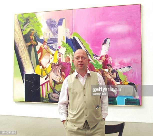 Gerd Harry Lybke Galerist EigenArt Berlin Leipzig in seiner Galerie EigenArt in LeipzigPlagwitz vor einem Gemälde von Neo Rauch 'Vorfuehrung'