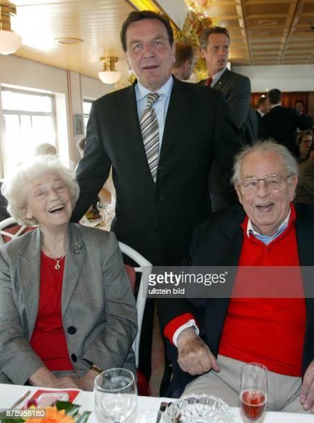 Gerhard Schröder Bundeskanzler SPD D mit HansJürgen Wischnewski und Annemarie Renger während der 42 Spargelfahrt des SPD Kreis 'Die Seeheimer'