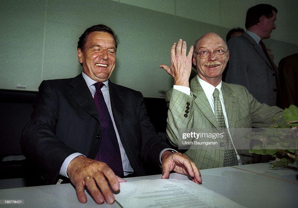Gerhard SCHROEDER and Peter STRUCK, during a SPD parliamentary group meeting in Berlin.