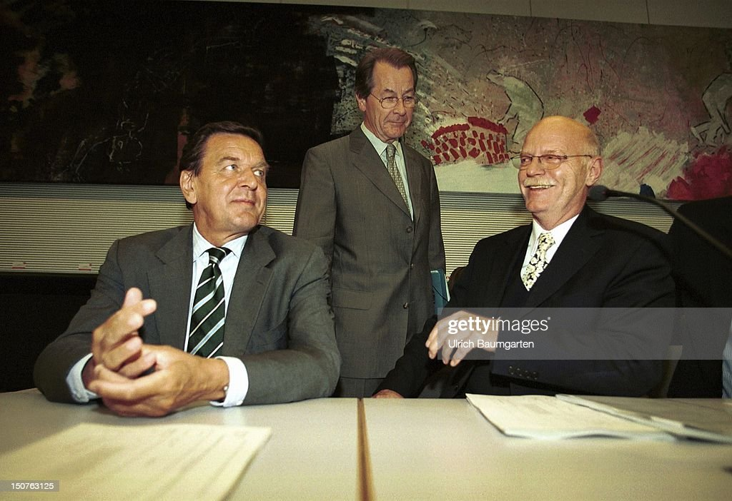 Gerhard SCHROEDER ( SPD ), Federal Chancellor and Peter STRUCK, chairman of the parliamentary group of the SPD, in the background Franz MUENTFERING, secretary-general of the SPD, at the parliamentary group of the SPD.