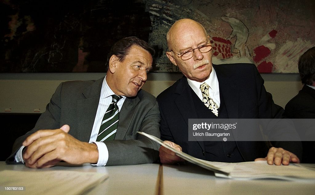 Gerhard SCHROEDER ( SPD ), Federal Chancellor and Peter STRUCK, chairman of the parliamentary group of the SPD, at the parliamentary group of the SPD.
