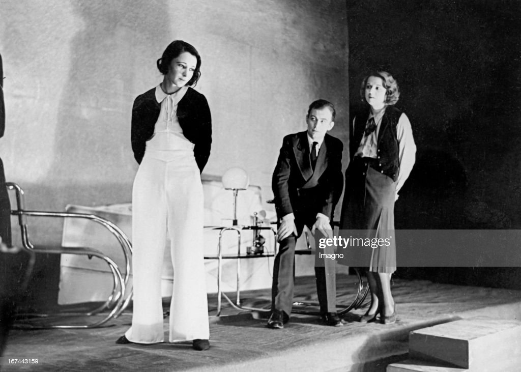 German actor and film director Wolfgang Staudte (1906-1984) (center) with Ruth Rodenberg (left) and Miriam Lehmann-Haupt in the play SCHEIDUNG (DIVORCE) at the theater Unter den Linden in Berlin. About 1932. Photograph. (Photo by Imagno/Getty Images) Der deutsche Schauspieler und Filmregisseur Wolfgang Staudte (19061984) (Mitte) mit Ruth Rodenberg (links) und Mirjam Lehmann-Haupt im Theaterstück SCHEIDUNG am Theater Unter den Linden in Berlin. Um 1932. Photographie.