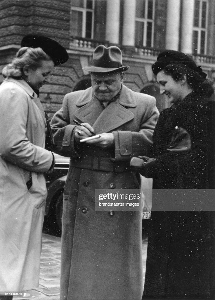 German actor Ludwig Schmitz signs autographs. About 1935. Photograph. (Photo by Imagno/Getty Images) Der deutsche Schauspieler Ludwig Schmitz gibt Autogramme. Um 1935. Photographie.