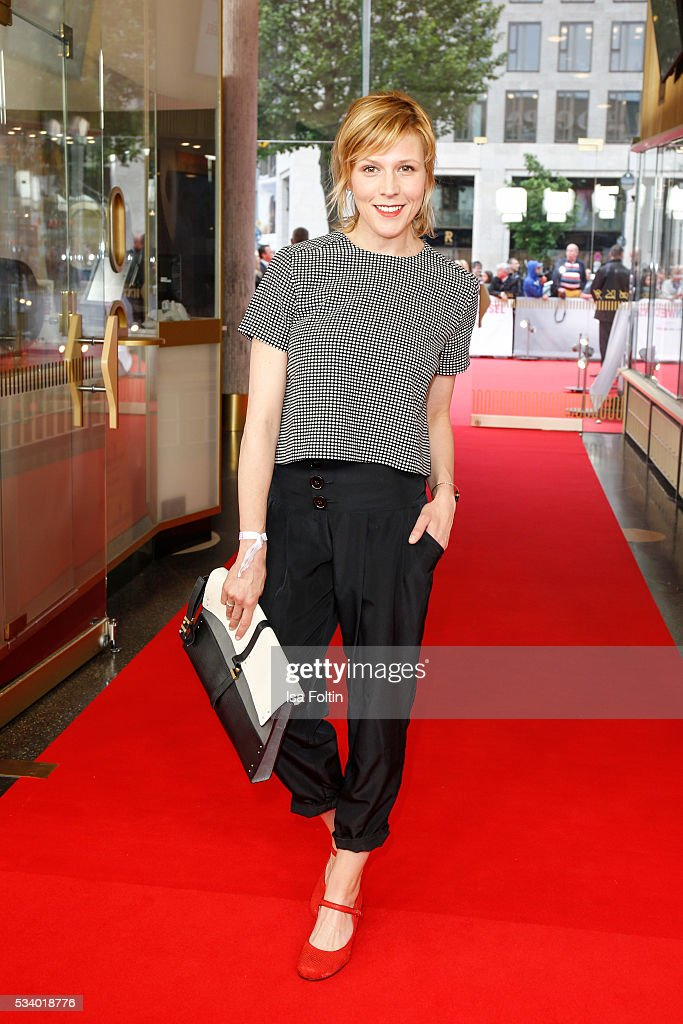 German actress Franziska Weisz (handbag by Stefanel) attends the premiere of the film 'Seitenwechsel' at Zoo Palast on May 24, 2016 in Berlin, Germany.