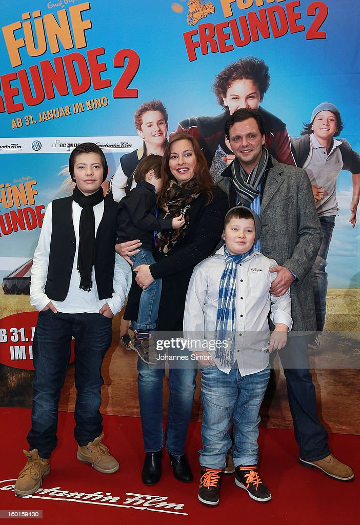 German actress Julia Dahmen (C), her husband Carlo Fiorito and family arrive for the 'Fuenf Freunde 2' movie premiere at CineMaxx Cinema on January 27, 2013 in Munich, Germany.