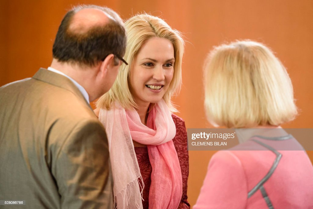 German Agriculture Minister Christian Schmidt (L) talks with German Education and Research Minister Johanna Wanka (R) and German Family Minister Manuela Schwesig (C)prior to the weekly cabinet meeting at the Federal Chancellery in Berlin, on May 4, 2016. / AFP / CLEMENS