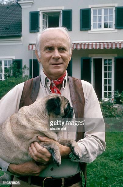 German cartoonist and actor Vicco von Bülow Loriot with his dog in his garden in Gauting