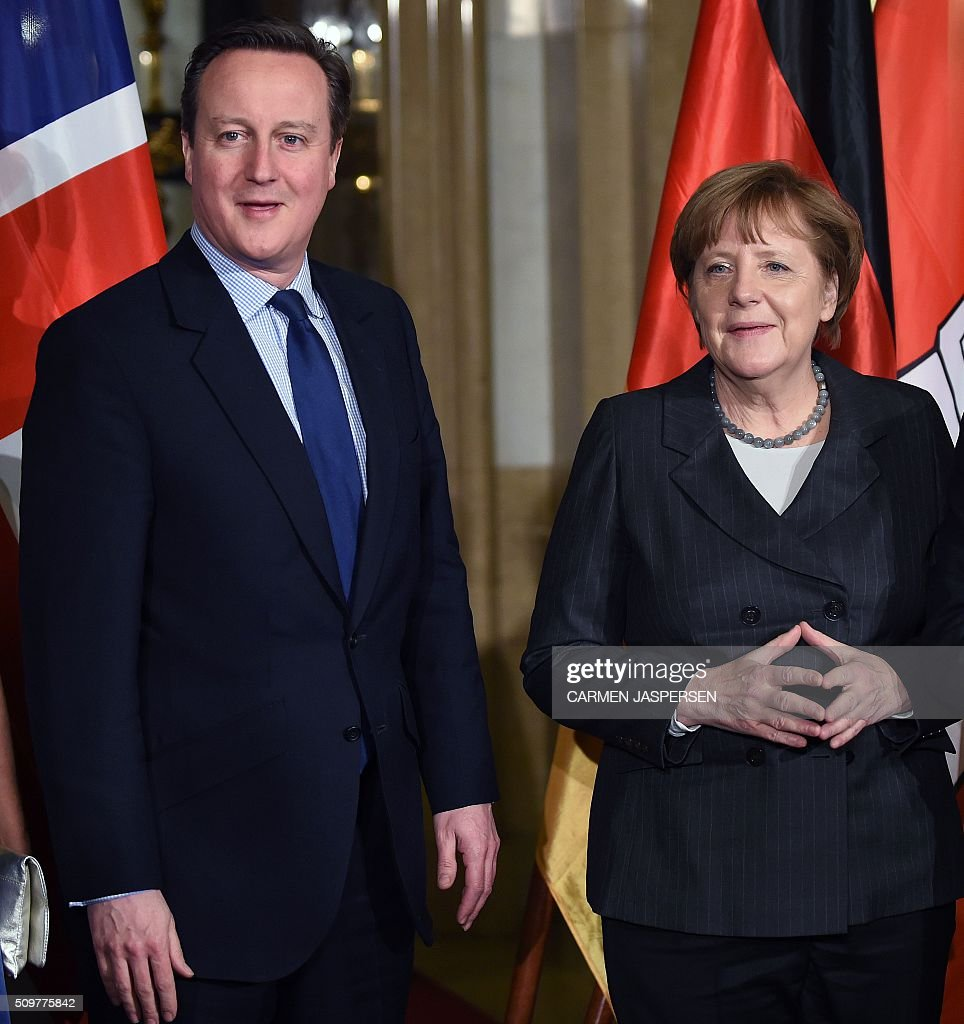 German Chancellor Angela Merkel (R) and British Prime Minister David Cameron pose for a photo ahead of the Matthiae Dinner attended in Hamburg, northern Germany on February 12, 2016. / AFP / CARMEN JASPERSEN