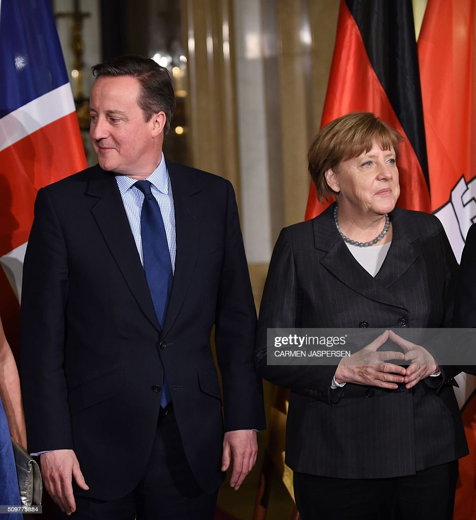 German Chancellor Angela Merkel (R) and British Prime Minister David Cameron pose for a photo ahead of the Matthiae-Mahl Dinner attended in Hamburg, northern Germany on February 12, 2016. / AFP / CARMEN JASPERSEN