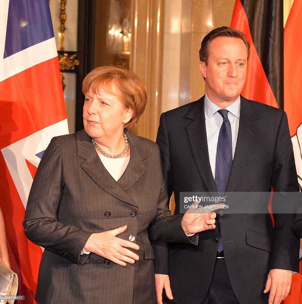 German Chancellor Angela Merkel and British Prime Minister David Cameron pose for a photo ahead of the Matthiae-Mahl Dinner attended in Hamburg, northern Germany on February 12, 2016. / AFP / CARMEN JASPERSEN