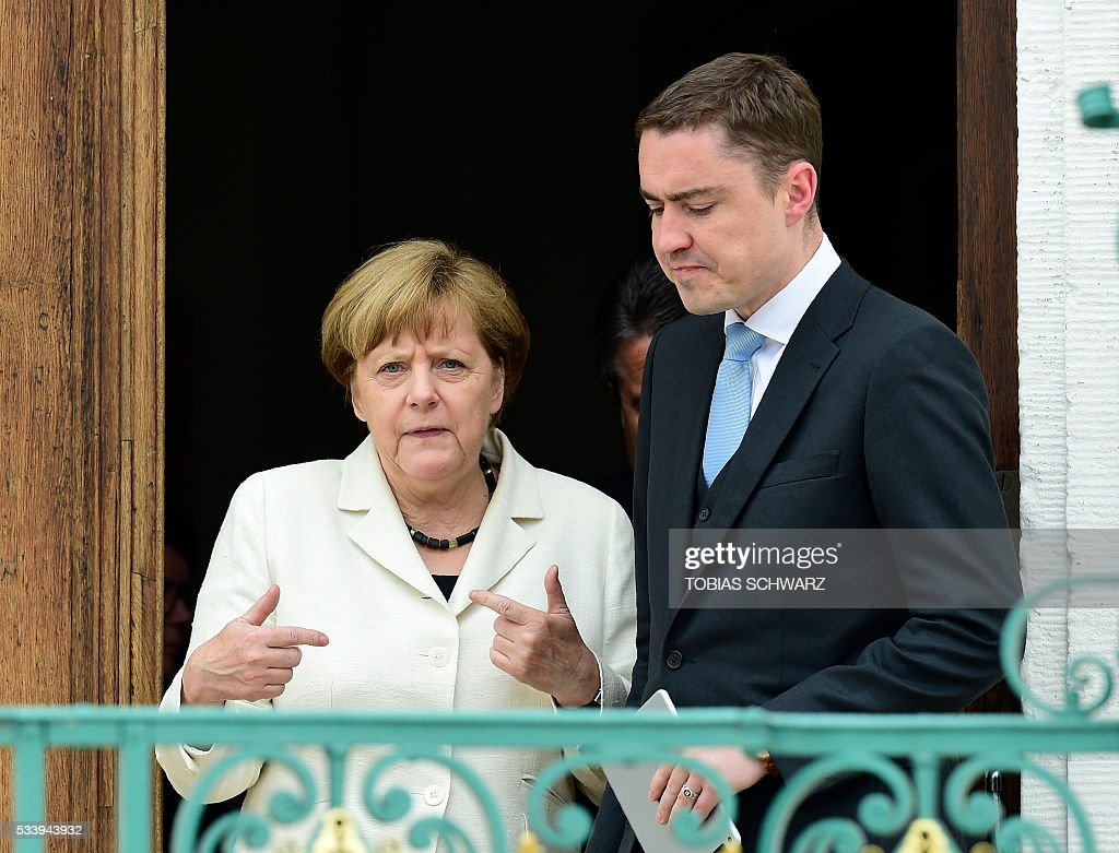 German Chancellor Angela Merkel and Estonian Prime minister Taavi Roivas leave after their meeting at Meseberg Palace on May 24, 2016 in Meseberg, outside Berlin. / AFP / TOBIAS