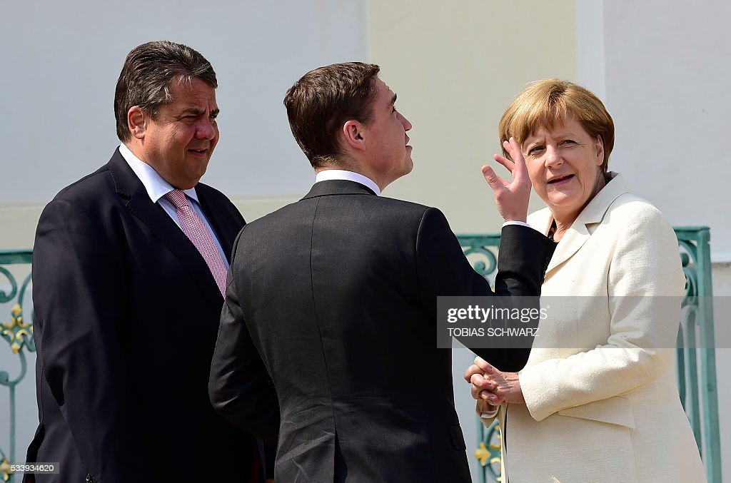 German Chancellor Angela Merkel and German Vice Chancellor, Economy and Energy Minister Sigmar Gabriel (L) speak with Estonian Prime minister Taavi Roivas at Meseberg Palace on May 24, 2016 in Meseberg, northeastern Germany. / AFP / TOBIAS