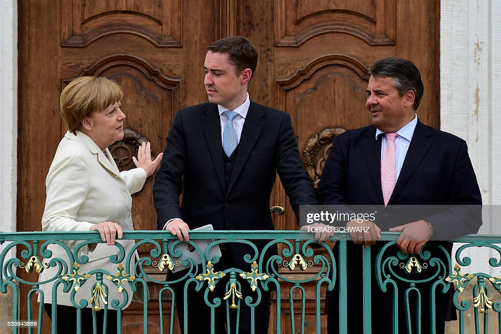 German Chancellor Angela Merkel and German Vice Chancellor, Economy and Energy Minister Sigmar Gabriel (R) pose with Estonian Prime minister Taavi Roivas at Meseberg Palace on May 24, 2016 in Meseberg, northeastern Germany. / AFP / TOBIAS