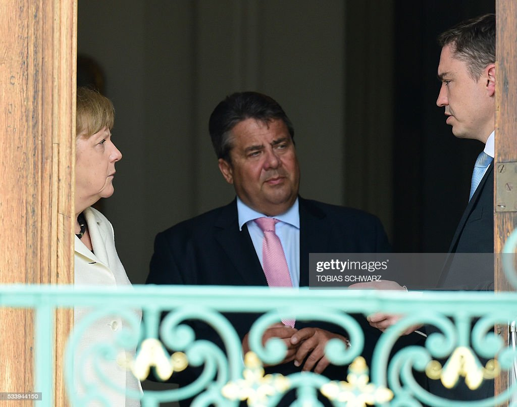 German Chancellor Angela Merkel and German Vice Chancellor, Economy and Energy Minister Sigmar Gabriel (C) talk with Estonian Prime minister Taavi Roivas (R) at Meseberg Palace on May 24, 2016 in Meseberg, northeastern Germany. / AFP / TOBIAS