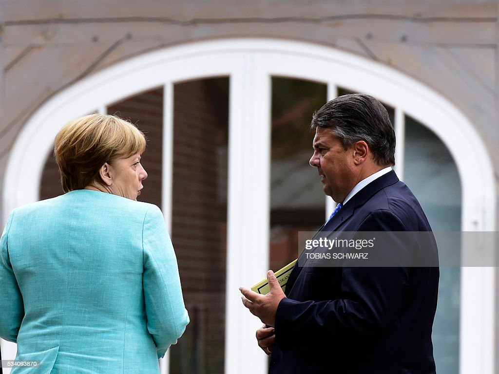 German Chancellor Angela Merkel and German Vice Chancellor, Economy and Energy Minister Sigmar Gabriel arrive for a news conference after the weekly cabinet meeting that took place in the framework of a retreat meeting of the German cabinet at Meseberg Palace on May 25, 2016 in Meseberg near Gransee, northeastern Germany. / AFP / TOBIAS