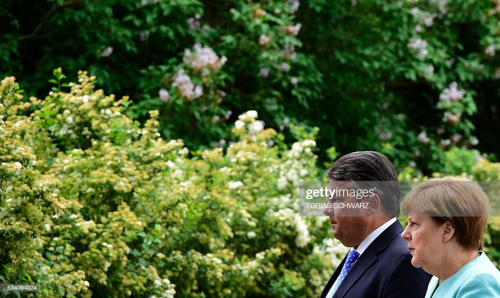 German Chancellor Angela Merkel and German Vice Chancellor, Economy and Energy Minister Sigmar Gabriel arrive for a news conference following the weekly cabinet meeting that took place in the framework of a retreat meeting of the German cabinet at Meseberg Palace on May 25, 2016 in Meseberg near Gransee, northeastern Germany. / AFP / TOBIAS