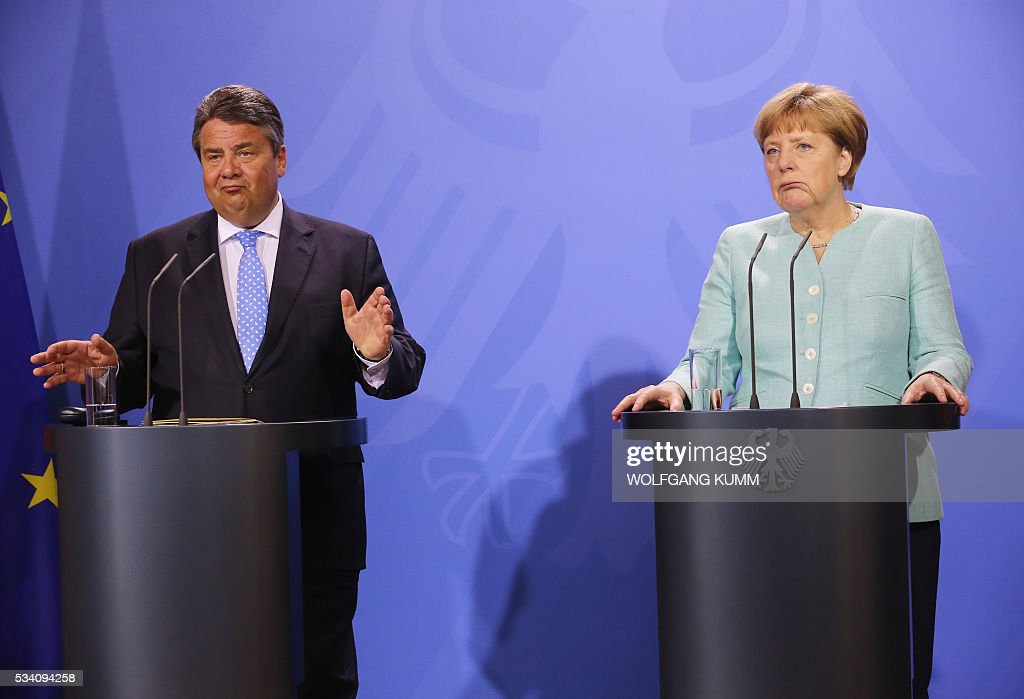 German Chancellor Angela Merkel and German Vice Chancellor, Economy and Energy Minister Sigmar Gabriel give a news conference following the weekly cabinet meeting that took place in the framework of a retreat meeting of the German cabinet at Meseberg Palace on May 25, 2016 in Meseberg near Gransee, northeastern Germany. / AFP / DPA / Wolfgang Kumm / Germany OUT