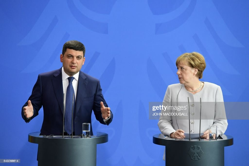 German chancellor Angela Merkel (R) and Ukraine's Prime Minister Volodymyr Groysman adress a joint press conference at the chancellery in Berlin on June 27, 2016. / AFP / John MACDOUGALL