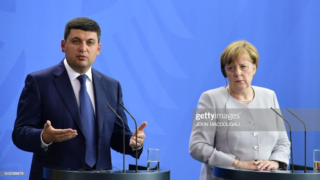 German chancellor Angela Merkel (R) and Ukraininian Prime Minister Volodymyr Groysman attend a joint press conference after talks at the chancellery in Berlin on June 27, 2016. / AFP / John MACDOUGALL