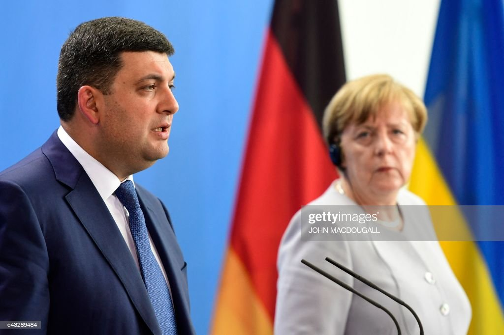 German chancellor Angela Merkel (R) and Ukraininian Prime Minister Volodymyr Groysman address a joint press conference after talks at the chancellery in Berlin on June 27, 2016. / AFP / John MACDOUGALL