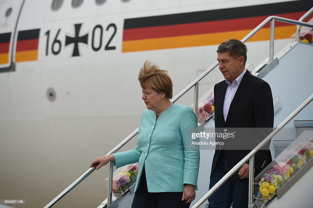 German Chancellor Angela Merkel (L) arrives at Chubu Centrair International Airport in Tokoname, Aichi Prefecture, central Japan, 25 May 2016.