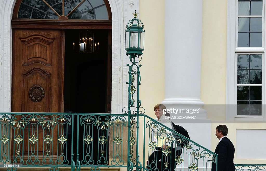 German Chancellor Angela Merkel arrives at Meseberg Palace for a closed meeting of the German cabinet on May 24, 2016 in Meseberg, northeastern Germany. / AFP / TOBIAS