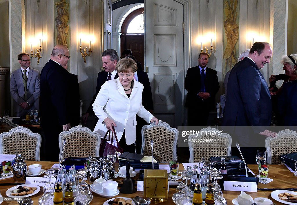 German Chancellor Angela Merkel arrives at the table during a closed meeting of the German cabinet at Meseberg Palace on May 24, 2016 in Meseberg, northeastern Germany. / AFP / TOBIAS