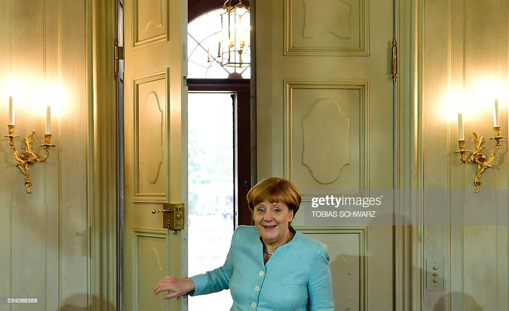 German Chancellor Angela Merkel arrives for the weekly cabinet meeting taking place in the framework of a retreat meeting of the German cabinet at Meseberg Palace on May 25, 2016 in Meseberg near Gransee, northeastern Germany. / AFP / TOBIAS