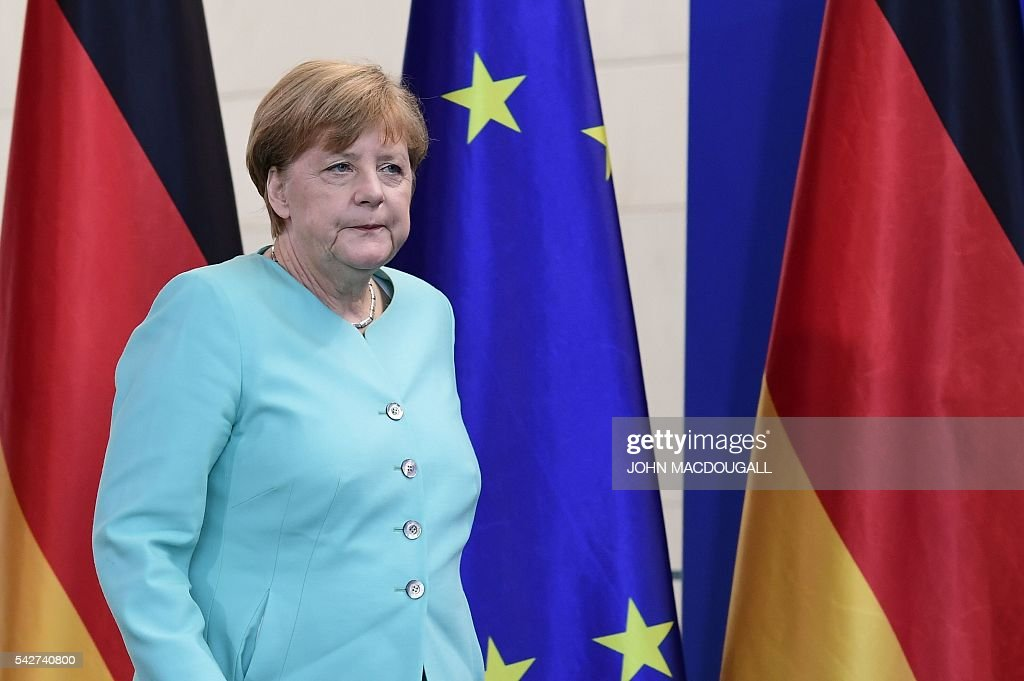 German chancellor Angela Merkel arrives to address journalists after meeting with German parliamentary groups and ministers to discuss the so-called Brexit referendum at the Chancellery on June 24, 2016 in Berlin. / AFP / John MACDOUGALL