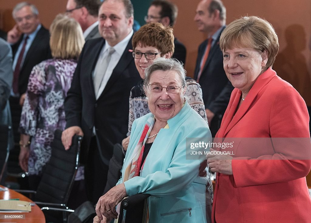 German Chancellor Angela Merkel (R) chats with acting chairwoman of the Federal Association of Senior Citizens' Organisations, Ursula Lehr, at a meeting with representatives of associations and organisations involved in helping refugees, at the chancellery in Berlin on July 1, 2016. / AFP / JOHN