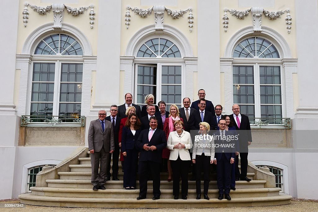 German Chancellor Angela Merkel (C) poses for a group photo with her cabinet members at Meseberg Palace on May 24, 2016 outside Berlin / AFP / TOBIAS