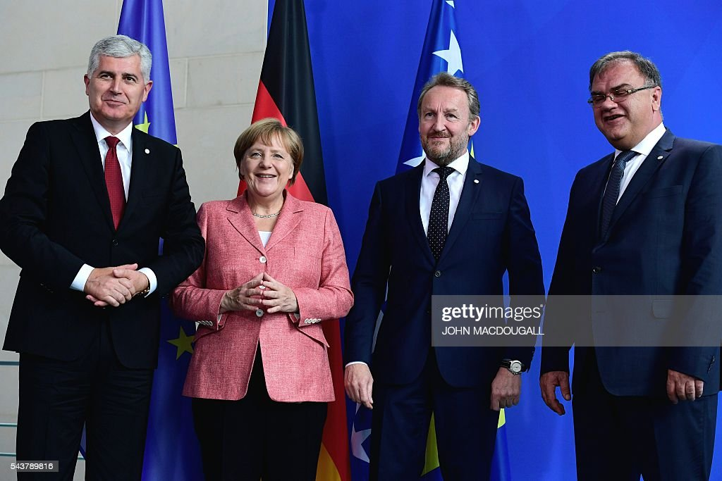 German Chancellor Angela Merkel (2nd L) poses for the media after a joint press conference with the three members of the Presidency of Bosnia and Herzegovina Bakir Izetbegovic (2nd R), Dragan Covic (L) and Mladen Ivanic after talks at the chancellery in Berlin on June 30, 2016. / AFP / John MACDOUGALL