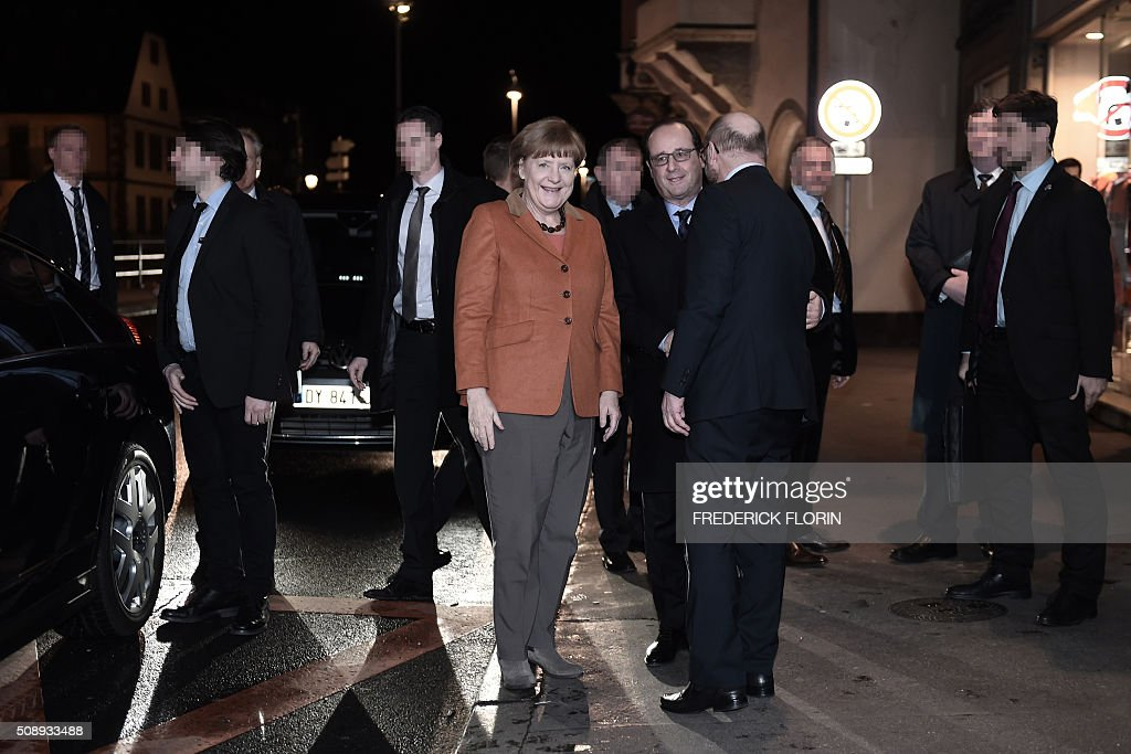German Chancellor Angela Merkel (C - L) smiles as French President Francois Hollande (C) shakes hands with European Parliament president Martin Schulz (C-R) as they arrive for an informal dinner in Strasbourg after a meeting on the migrants crisis and the 'Brexit'. AFP PHOTO / FREDERICK FLORIN / AFP / POOL / FREDERICK FLORIN